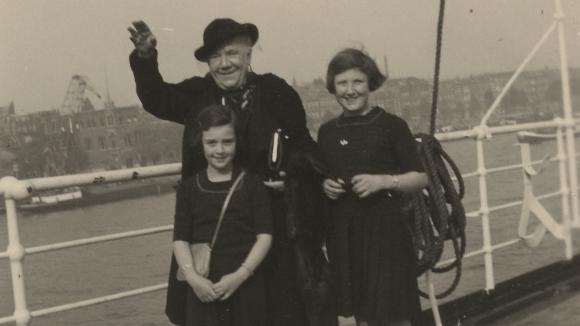 Britta und Marianne Lion beim Abschied von Omi Bayerthal auf dem Schiff Richtung Amerika, Okt. 1937